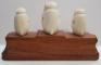 3 figurine din filde pe soclu din lemn