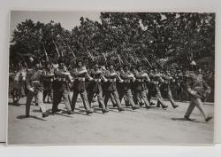 DEFILAREA REGIMENTULUI DE GARDA ' MIHAI VITEAZUL ' LA SARBATOAREA DE 10 MAI 1932 , FOTOGRAFIE TIP CARTE POSTALA , MONOCROMA, NECIRCULATA , DATATA 8 NOIEMBRIE 1932