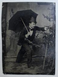 DOCTORUL TITUS CONSTANTINESCU , PORTRET CU UMBRELA , FOTOGRAFIE PE SUPORT METALIC , SECOLUL XIX