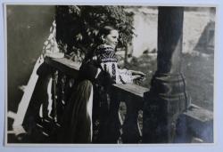 FEMEIE ( MOATA )  IN PRIDVOR , FOTOGRAFIE , MONOCROMA , PERIOADA INTERBELICA