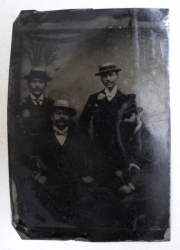 FOTOGRAFIE DE GRUP CU PATRU   PERSONAJE , EXECUTATA PE SUPORT METALIC , SECOLUL XIX