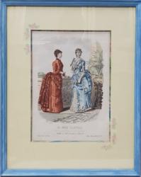 GRAVURA COLORATA MANUAL  - DOUA DOAMNE IN ROCHII  PE BALCON  , RECLAMA JURNALULUI  ' LA MODE ILLUSTREE , PARIS , 1884