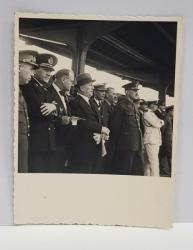 GRUP DE OFICIALITATI , MILITARI SI CIVILI, PE PERONUL UNEI GARI , FOTOGRAFIE MONOCROMA, PE HARTIE CRETATA , DATATA  1934