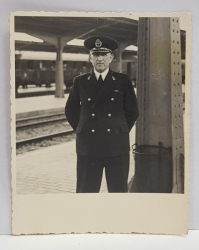OFITER ROMAN IN UNIFORMA PE PERONUL GARII DE NORD , FOTOGRAFIE MONOCROMA, PE HARTIE CRETATA , DATATA 1940