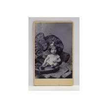 A. IHALSKY - BUCURESTI , FOTOGRAFIE TIP C.D.V. , FETITA IN DECOR DE STUDIO    , MONOCROMA, PE SUPORT DE CARTON , SFARSITUL SEC. XIX