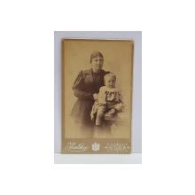 A. IHALSKY - SINAIA , FOTOGRAFIE TIP C.D.V. , MAMA CU COPIL IN DECOR DE STUDIO  , MONOCROMA, PE SUPORT DE CARTON , SFARSITUL SEC. XIX