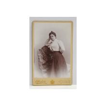 A. IHALSKY - SINAIA , FOTOGRAFIE TIP C.D.V. , PORTRET DE FEMEIE IN DECOR DE STUDIO  , MONOCROMA, PE SUPORT DE CARTON , SFARSITUL SEC. XIX