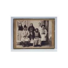 FAMILIE DE TARANI DIN MOLDOVA , POZAND IN STUDIO , FOTOGRAFIE MONOCROMA, PE HARTIE MATA , CU PASPARTU DIN CARTON , CCA . 1900