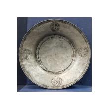 "Farfurie din cositor, inscriptionata in limba osmana, greaca si in romana cu caractere chirilice ""PAPAGHIANI 1720"""