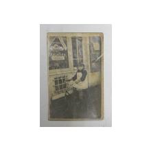 FETITA PE TRICICLETA  IN FATA UNUI MAGAZIN DE VINURI SI SPIRTOASE , FOTOGRAFIE TIP CARTE POSTALA , MONOCROMA, NECICRCULATA , DATATA 1929
