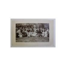 FOTOGRAFIE DE GRUP IN AER LIBER , DOMNI , DOAMNE , COPII , AUTOR NECUNOSCUT , INCEPUTUL SECOLULUI XX