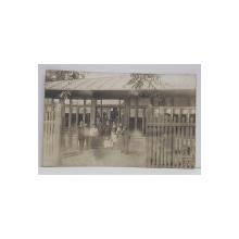FOTOGRAFIE DE GRUP IN FATA UNUI PAVILION , CARTE POSTALA , INCEPUTUL SECOLULUI XX