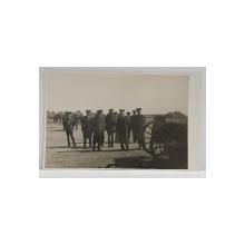 GRUP DE OFITERI ROMANI IN PAUZA UNEI APLICATII , LA CAMP , FOTOGRAFIE TIP CARTE POSTALA , MONOCROMA, NECIRCULATA , PERIOADA INTERBELICA