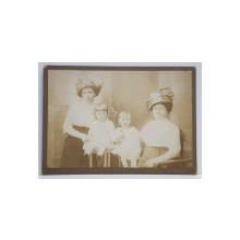 MAMA, BUNICA SI NEPOATELE , FOTOGRAFIE TIP CABINET , INCEPUTUL SECOLULUI XX