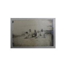 MAME CU COPII PE NISIP , LA MALUL MARII , FOTOGRAFIE TIP CARTE POSTALA , MONOCROMA , NECIRCULATA , DATATA 1924