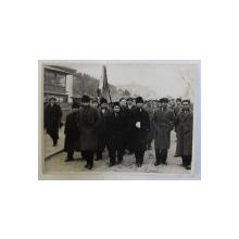 MARINARI SUPRAVIETUITORI AI NAUFRAGIULUI VASULUI ITALIAN ' SANTONI' IN  CORTEGIU FUNERAR , FOTOGRAFIE SEMNATA J . BERMAN , 1935