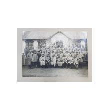 MILITARI ROMANI , OFITERI , SUBOFITERI , SOLDATI , FOTOGRAFIE DE GRUP LA ONESTI , MONOCROMA , PE HARTIE MATA , DATATA 1916