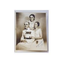OFITER IN UNIFORMA DE GALA , INSOTIT DE DOUA DOAMNE , FOTOGRAFIE DE GRUP IN STUDIO , DATATA IULIE 1937