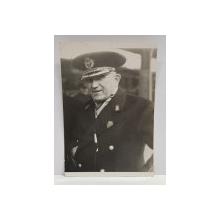 OFITER ROMAN , IN UNIFORMA CU CHIPIU , FOTOGRAFIE MONOCROMA, PE HARTIE LUCIOASA , DATATA 1940