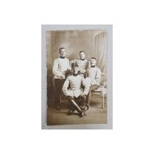 PATRU TINERI OFITERI IN UNIFORMA , POZAND IN STUDIO , FOTOGRAFIE TIP CARTE POSTALA , MONOCROMA, NECIRCULATA , DATATA 1909