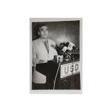 PETRE ROMAN LA O CONFERINTA A U.S.D. , VORBIND LA TRIBUNA , FOTOGRAFIE MONOCROMA, PE HARTIE LUCIOASA , ANII  '90