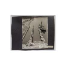 PORTUL MINERALIER TULCEA , FOTOGRAFIE MONOCROMA, PE HARTIE LUCIOASA , LIPITA PE CARTON , ANII  '70 - '80