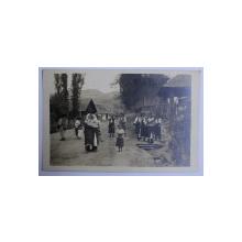 TARANCI RUTENE IN COSTUMUL DE DUMINICA , FOTOGRAFIE TIP CARTE POSTALA , MONOCOLARA ,  DATATA 1926
