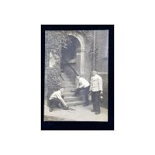 TREI SOLDATI GERMANI , CURATAND SCARILE UNEI CASE , CARTE POSTALA ILUSTRATA , MONOCROMA, CIRCULATA , DATATA 1914