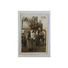 TURISTI PE CAMILA IN AFRICA  , FOTOGRAFIE MONOCROMA , AUTOR NECUNOSCUT , INCEPUTUL SECOLULUI XIX