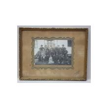 VANATORI , FOTOGRAFIE DE GRUP LA GLOGOVAT , MONOCROMA, INRAMATA , DATATA 1933 , IN CENTRU SUS  DEGRADATA *